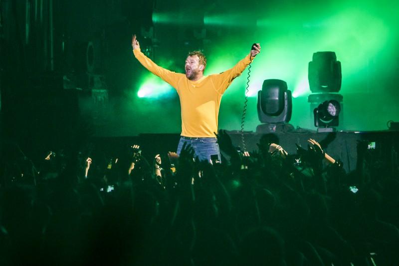 Damon Albarn, baño de masas durante el concierto de Gorillaz. / Tom Hagen